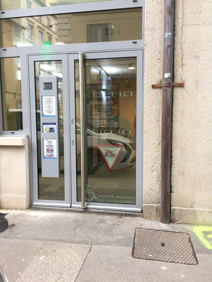 Photo of the October 18, 2016 1:41 PM, LCL Banque et Assurance, 28 Rue Victor Hugo, 69002 Lyon, France