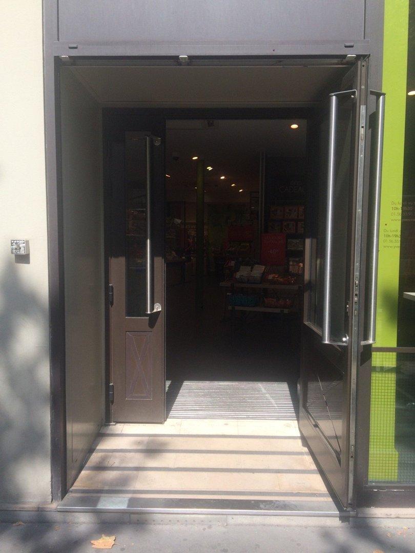 Foto vom 26. August 2016 12:52, Yves Rocher, 24 Avenue des Ternes, 75017 Paris, Frankreich