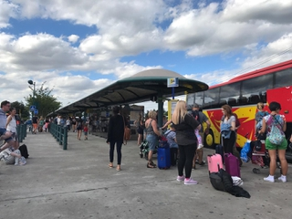 Foto vom 25. Juni 2017 16:30, Station de bus hôtels Disney, Avenue René Goscinny, 77700 Chessy, France