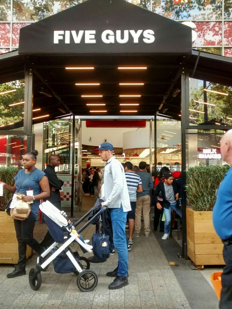 Foto vom 2. September 2017 14:29, Five Guys, 49-51 Av. des Champs-Élysées, 75008 Paris, Frankreich