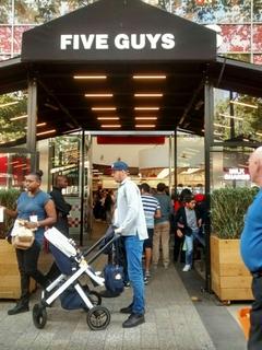Foto vom 2. September 2017 14:29, Five Guys, 49-51 Av. des Champs-Élysées, 75008 Paris, Frankreich