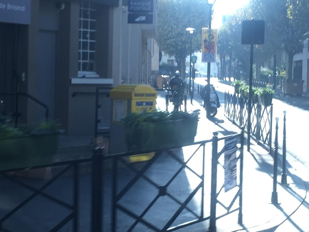 Foto vom 16. November 2017 21:39, La Poste, 14 Boulevard Aristide Briand, 92400 Courbevoie, Frankreich