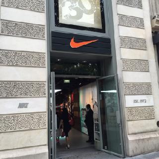 Foto vom 5. Februar 2016 18:57, Nike Store, 65-67 Av. des Champs-Élysées, 75008 Paris, Frankreich