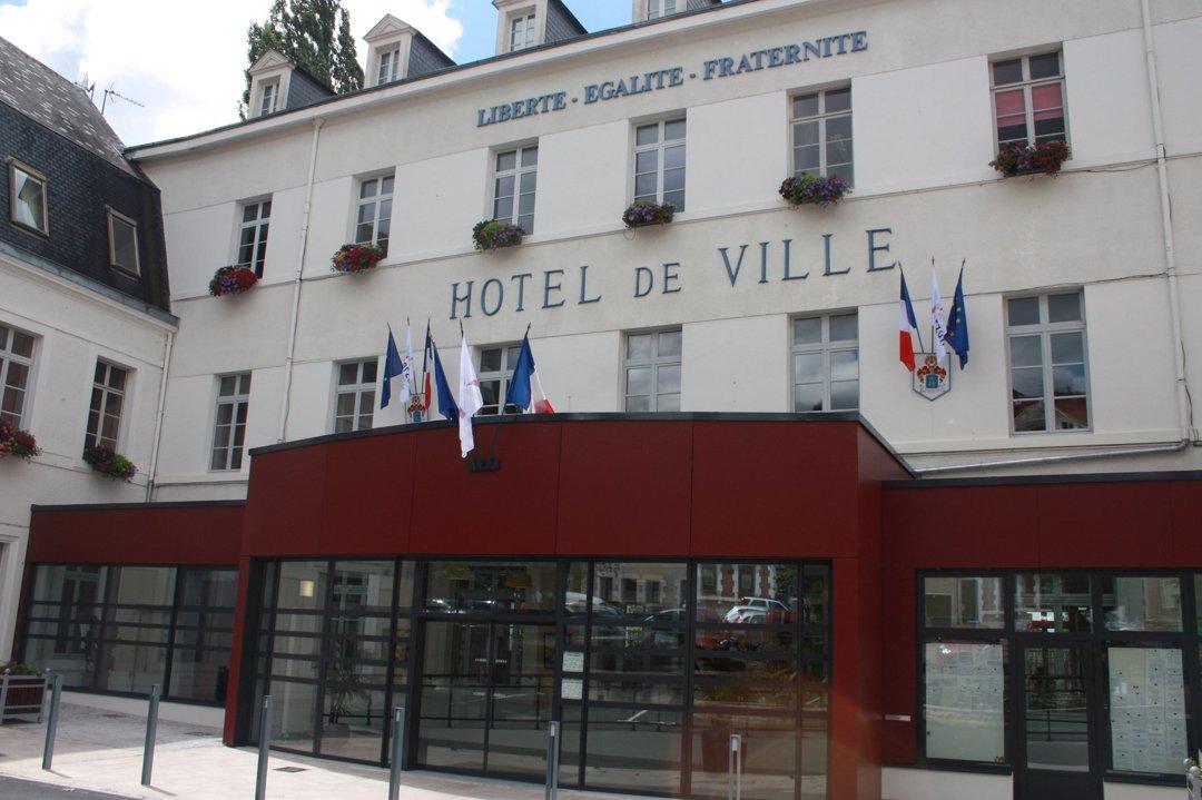 Foto vom 15. Juni 2016 12:13, Mayor of Vierzon, Place de l'Hôtel de Ville, 18100 Vierzon, Frankreich